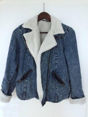 Jeansjacke mit weißem Futter