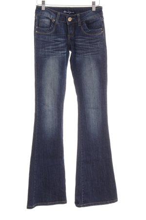 Jeansschlaghose dunkelblau Farbverlauf klassischer Stil
