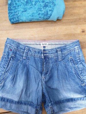 Jeansshort und Sweater