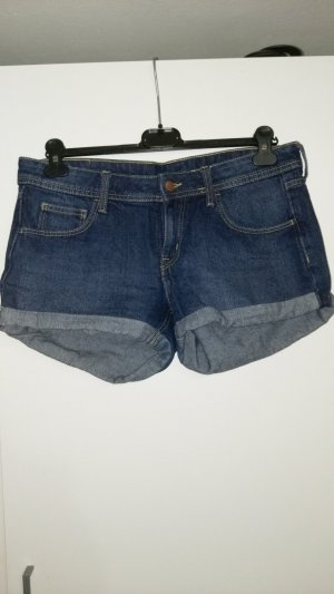 Jeansshorts im Momstyle