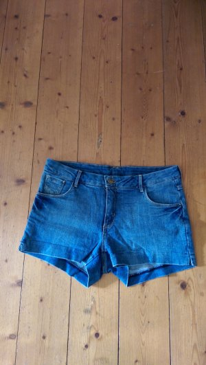 Jeansshorts mit kleinen Schlitzen an der Seite