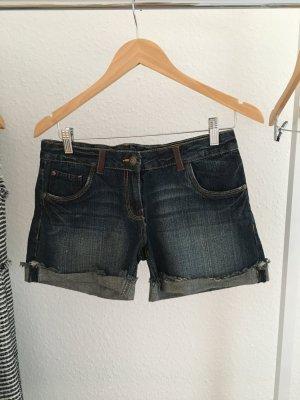 Jeansshorts mit Lederapplikation