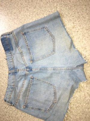 Jeansshorts mit Löchern