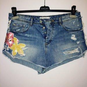 Jeansshorts von Zara mit Blumenapplikation