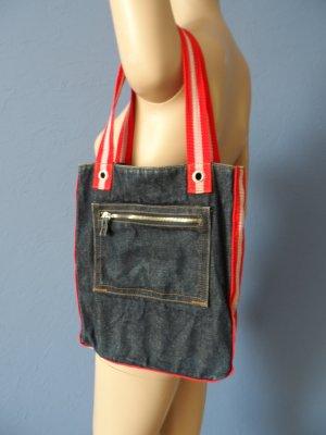 Jeanstasche mit roten Trägern