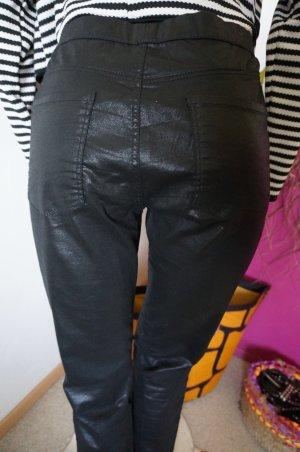 Jeggins aus glänzendem Jeansstoff.