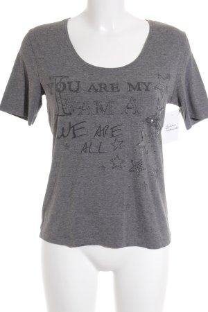 Jette Camiseta gris letras impresas look casual