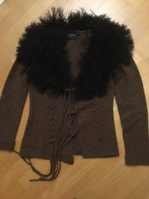 Jones braune Jacke aus Lammwolle mit großem Kragen aus Echtfell wie Curlylamm