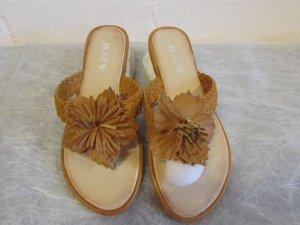 JUMEX: Zehentrenner Pantolette mit Blüte, beige, Gr. 36, NEU