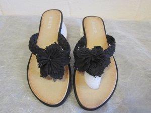 JUMEX: Zehentrenner Pantolette mit Blüte, schwarz, Gr. 39, NEU