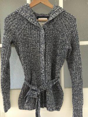 Kapuzen-Strickjacke ideal für kalte Tage