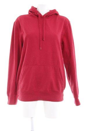 Jersey con capucha rojo look casual