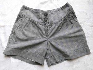 karierte graue Shorts