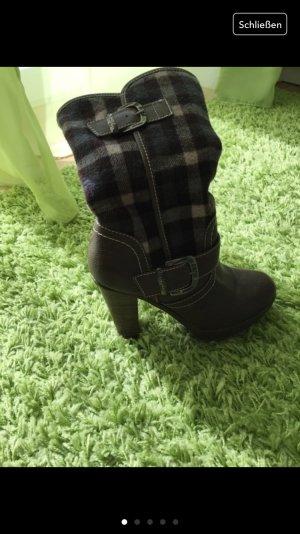 Karierte Stiefel für den Winter oder den Herbst oder das Frühjahr