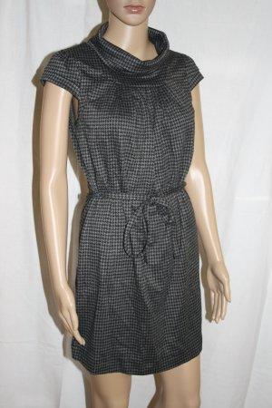 kariertes Kleid mit Gürtel für den Herbst