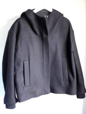 Kastige schwarze Jacke mit Kapuze. Von COS