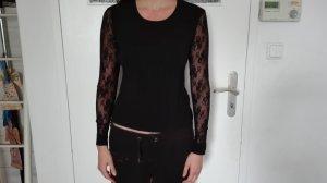 Kathleen Madden schwarzes Top mit Spitzenärmel