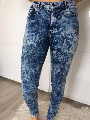 Kaum getragene Jeans