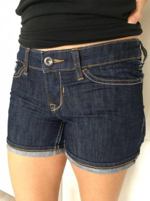 Kaum getragene Jeans hot pants