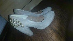 kaum getragene Schuhe aus Leder.