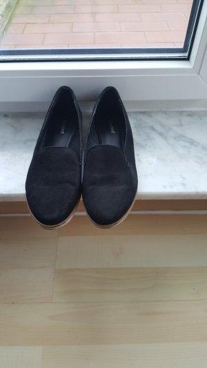 Kaum getragene schwarze Slipper
