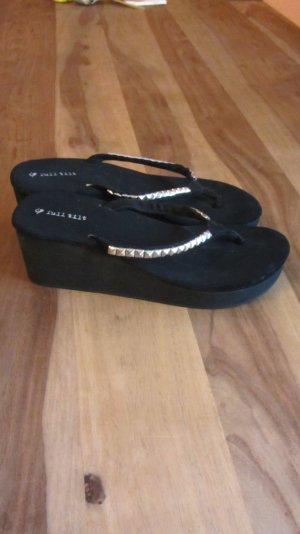 Keil-Sandale mit Plateau in schwarz mit Nieten von Full Tilt, Gr. 39