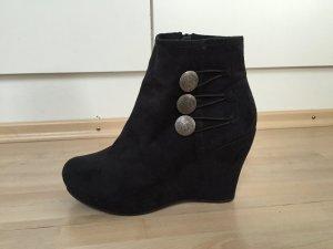 Keil-Stiefeletten mit Knöpfen schwarz
