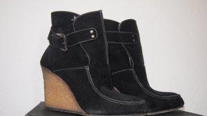 Keil-Stiefellette schwarz mit weißem Fell