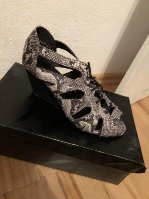 Keilabsatz Sandalen in Schlangenoptik und cut-outs mit Schnürung