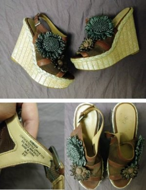 Keilabsatz Sandalen mit Blumenapplikationen
