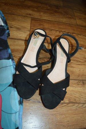 Keilabsatz Sandalette Gr. 40 von Bufallo schwarz hübsch