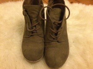 Keilabsatz Schuhe in dunklem Braun