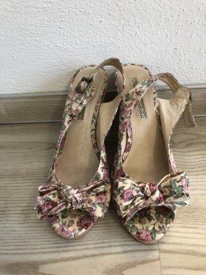 Keilabsatz-Schuhe mit Blümchenstoff