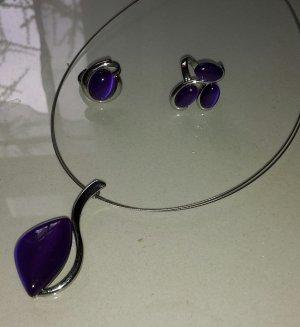 Kette, 2 paar dazu gehörende Ohrringe und zwei passende Ringe dazu