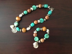Kette & Armband, Echt-Holz, Stein- und Silberoptik mit Amulett und Herz