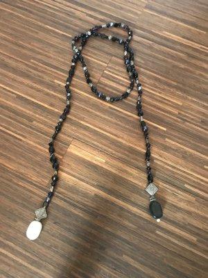 Kette aus schwarzen und lila Steinen