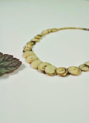 Kette aus Steinscheiben mit Spiralen und Kügelchen