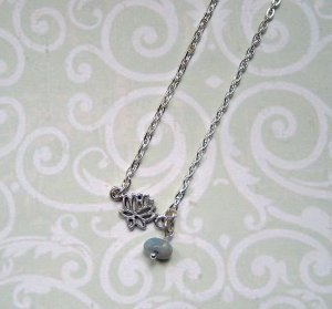 Collar color plata-azul pálido metal