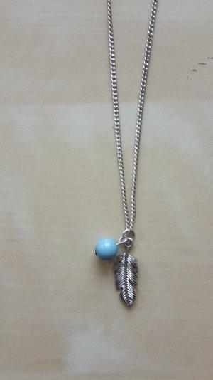 Kette mit Feder und blauer Perle