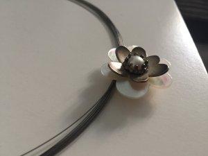 Kette mit Perlmutt-Blüte
