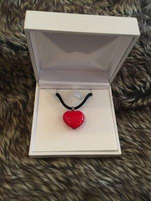 Kette mit rotem aufklappbarem Herzanhänger