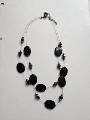 Kette mit schwarzen Steinen