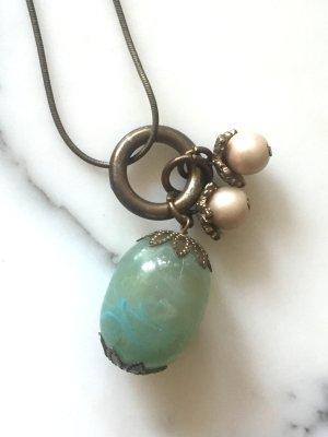 Kette mit türkisem Anhänger und Perlen