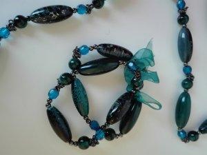 Kette und Armbänder aus grünen und blauen Perlen