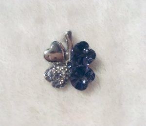 Kettenanhänger in Kleeblattform mit Swarovski-Kristallen