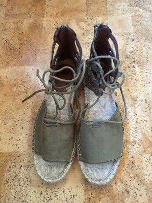 Khaki farbene Schuhe