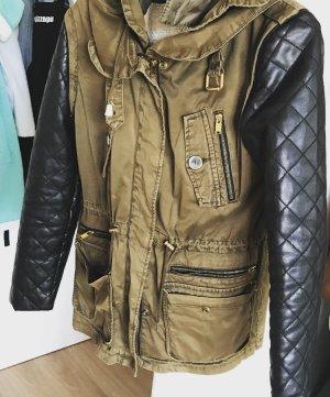 Khaki farbene Übergangsjacke mit Kunstlederärmeln:)