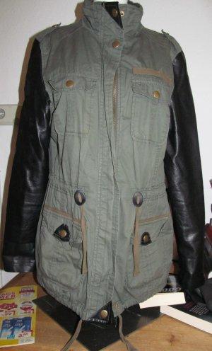 Khaki Jacke mit Lederoptikärmel