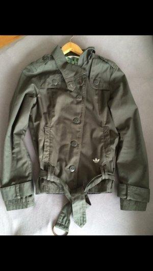 Khakifarbene Adidas Jacke