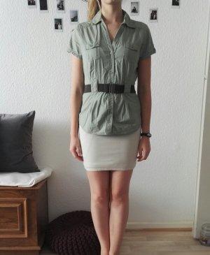Khakifarbene kurzärmlige Bluse mit Gürtel